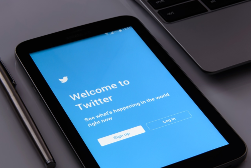 How to sign up for Twitter - image of a smartphone with Twitter sign up page